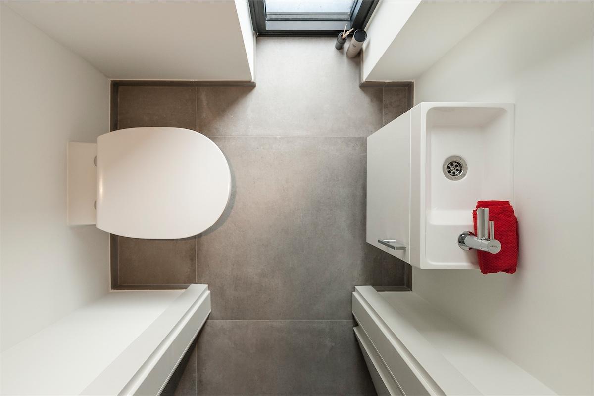 toilette dans une maison contemporaine crisn e delta constructions maisons cl sur porte. Black Bedroom Furniture Sets. Home Design Ideas