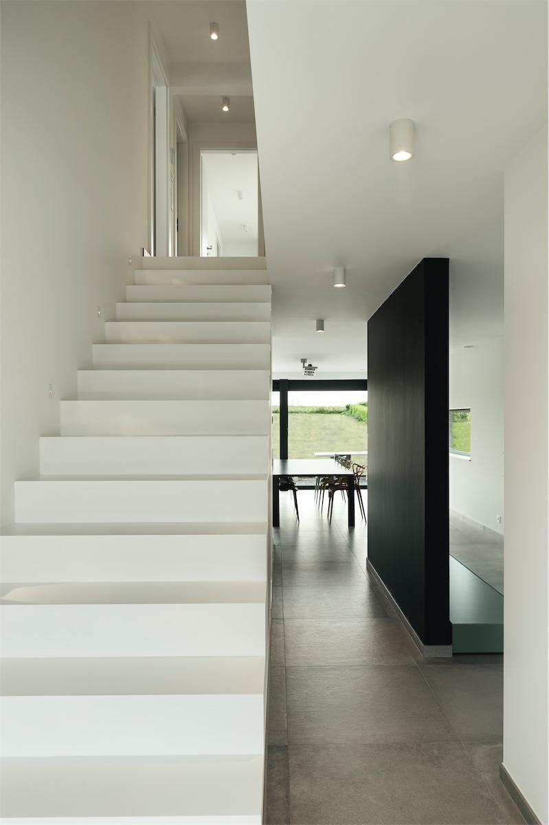 Escalier dans une maison contemporaine à Crisnée - Delta ...