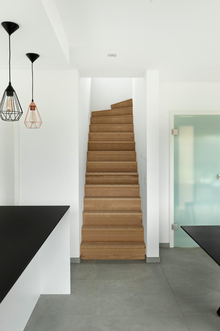 Escalier en bois dans une maison contemporaine - Delta Constructions ...