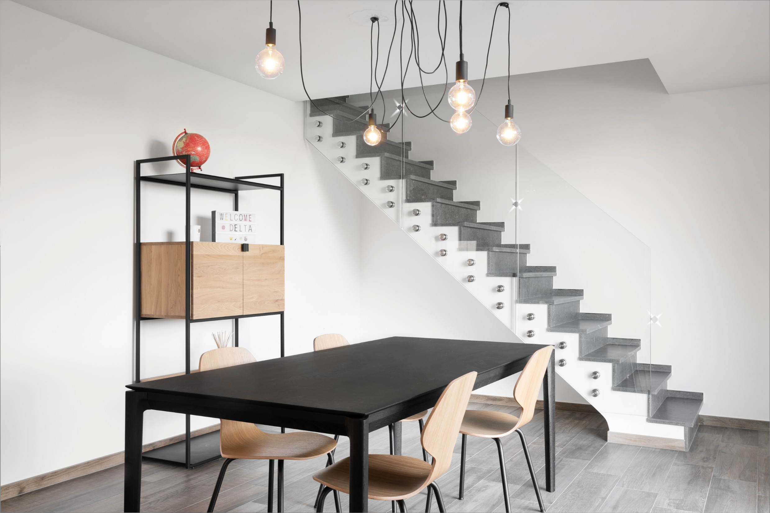 Salle à manger et escalier d\'une maison contemporaine à Verlaine ...