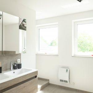 Salle de bains de maison contemporaine à Héron