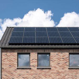 Toit avec panneaux solaires sur une maison contemporaine à Héron