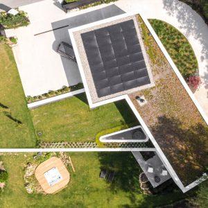 Panneaux photovoltaïques sur réalisation contemporaine Delta constructions