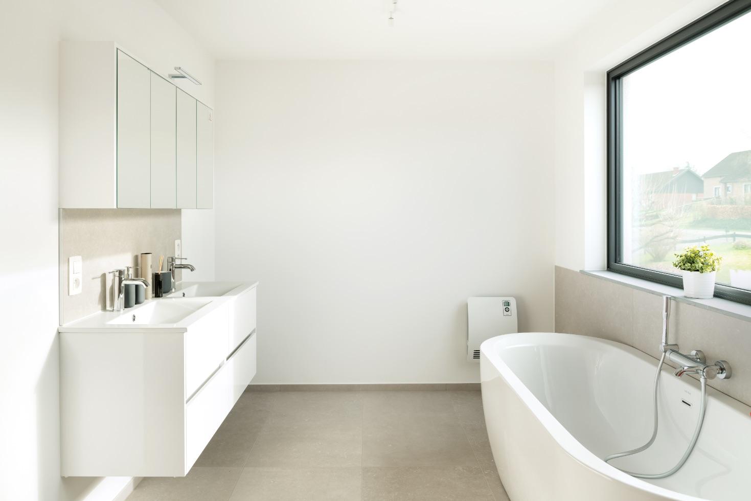Salle de bain d'une construction contemporaine à Esneux