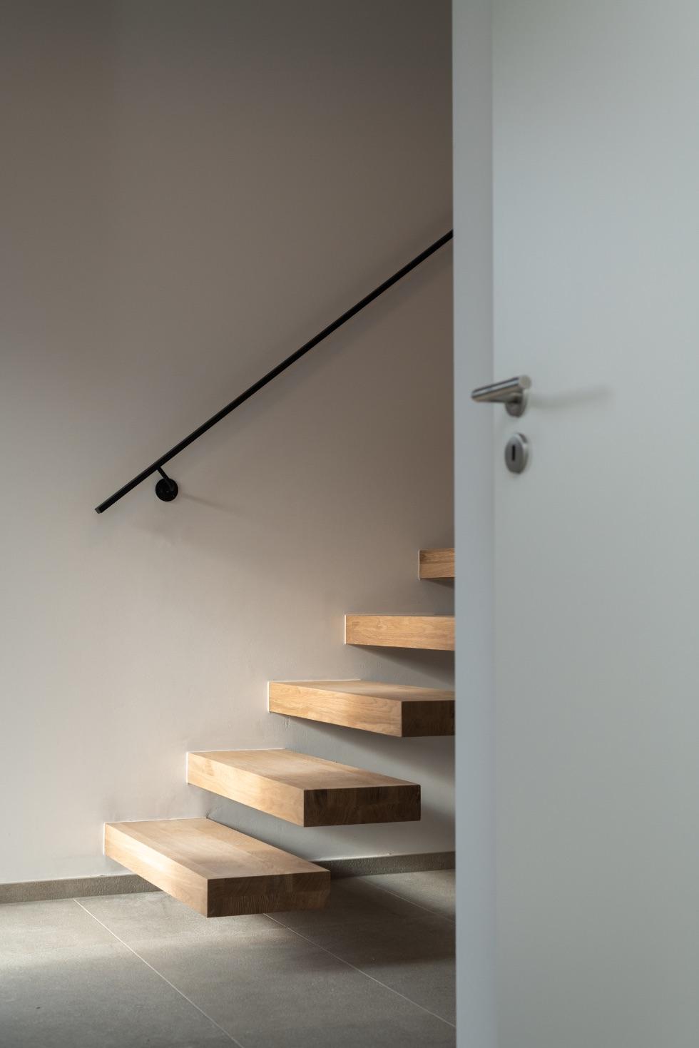 Escaliers d'une construction contemporaine à Esneux