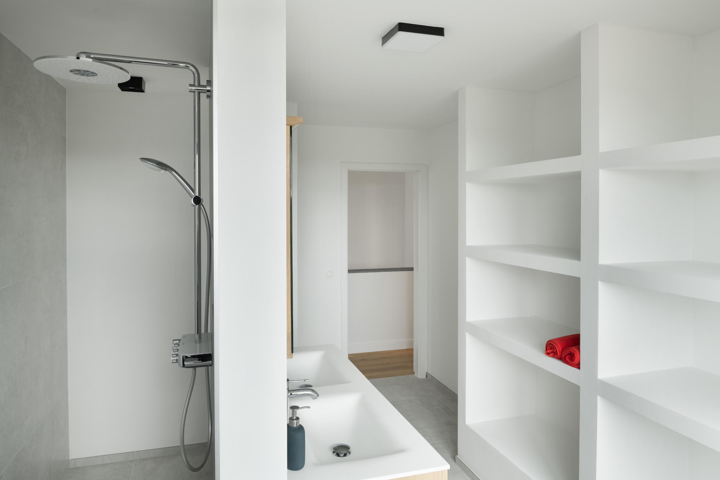Salle de bain d'une réalisation contemporaine à Hamois