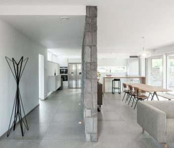 Mur de séparation entre cuisine et salle à manger d'une maison contemporaine à Beaufays