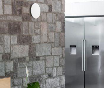 Mur de séparation entre cuisine et salle à manger dans une maison contemporaine à Beaufays