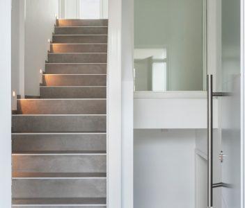 Escalier dans une maison contemporaine à Beaufays