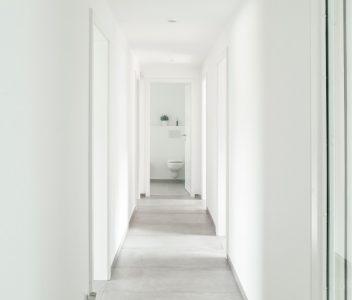 Hall de nuit et toilette dans une maison contemporaine à Beaufays