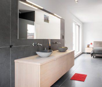 Lavabos dans une chambre à coucher d'une maison contemporaine à Beaufays