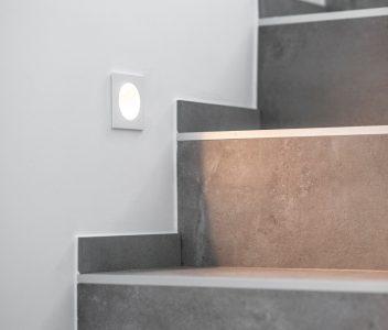 Eclairage dans escalier d'une maison contemporaine à Beaufays