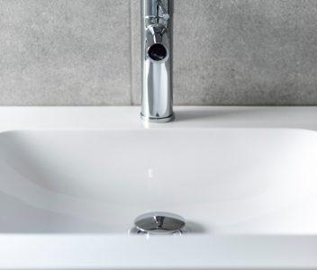 Robinet dans une salle de bains dans une maison contemporaine à Beaufays