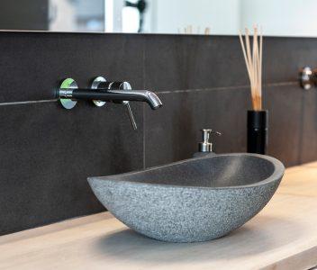 Robinet et lavabo dans une maison contemporaine à Beaufays