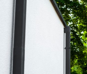 Détails de la façade arrière d'une maison contemporaine à Beaufays