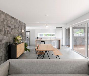 Salle à manger d'une maison contemporaine à Beaufays