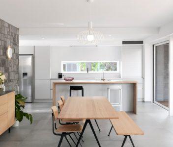 Table dans salle à manger d'une maison contemporaine à Beaufays