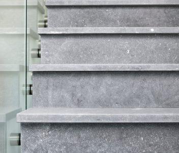 Escalier d'une maison contemporaine à Verlaine