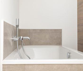 Salle de bains d'une maison contemporaine à Verlaine
