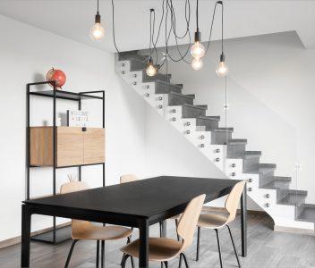 Salle à manger et escalier d'une maison contemporaine à Verlaine