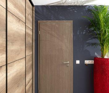 Porte intérieure d'une maison contemporaine à Jupille