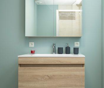 Meuble de salle de bains d'une maison contemporaine à Jupille