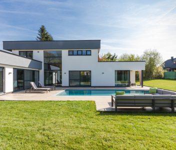 Vue latérale de maison avec piscine à Beaufays