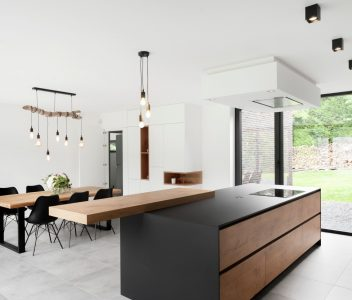 Cuisine et salle à manger dans une maison contemporaine à Beaufays