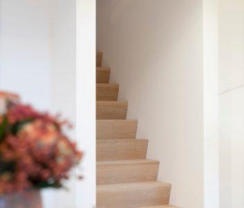 Escalier contemporain en bois à Richelle