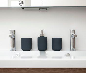 Evier de salle de bains dans une maison contemporaine à Beez