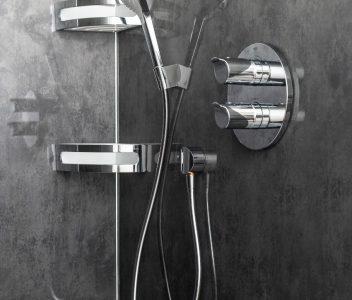 Pommeau de douche dans une maison contemporaine à Beez