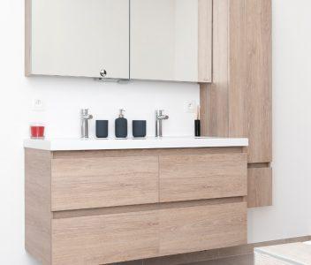 Meuble de salle de bains dans une maison contemporaine à Beez