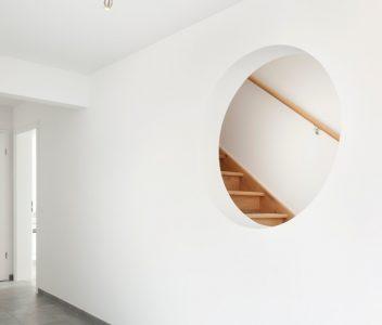 Escalier dans une maison contemporaine à Beez