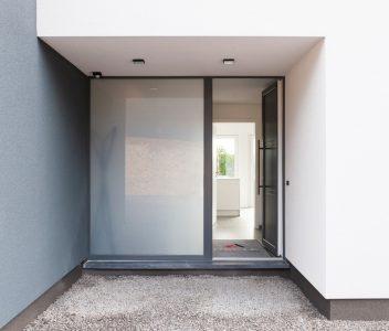 Porte d'une maison contemporaine à Beez