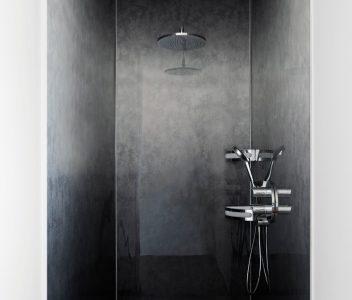 Douche dans une maison contemporaine à Beez