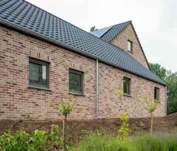 Façade latérale de maison contemporaine à Héron