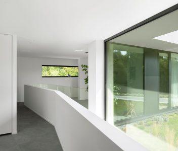 Hall de nuit avec grand châssis dans une maison contemporaine à Lasne