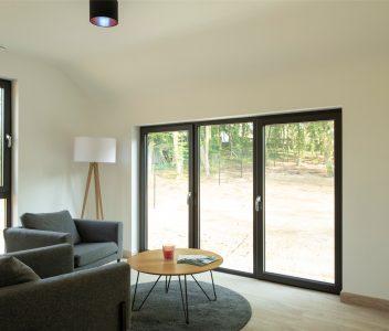 Living dans une maison contemporaine à Lasne, grande porte-fenêtre