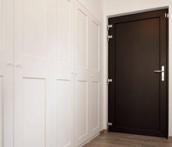 Porte et placards dans une maison contemporaine à Lasne