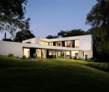 Vue au crépuscule d'une maison contemporaine à Lasne