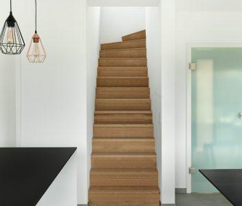 Escalier en bois dans une maison contemporaine