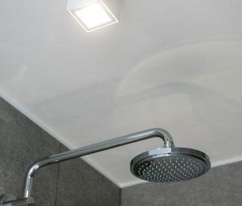 Douche dans une maison contemporaine