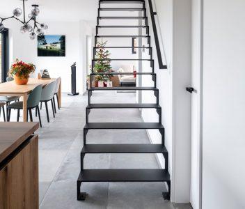 Vue de front d'un escalier dans une maison contemporaine