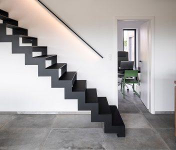 Vue latérale d'un escalier dans une maison contemporaine