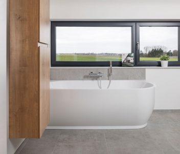 Salle de bains dans une maison contemporaine – baignoire