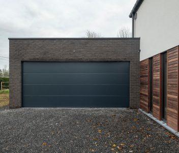 Grand garage d'une maison contemporaine