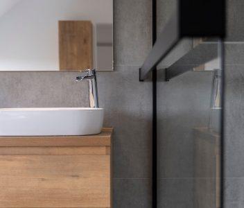 Evier dans une salle de bains contemporaine