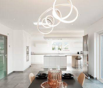 Vue de la cuisine depuis le living d'une maison contemporaine à Welkenraedt
