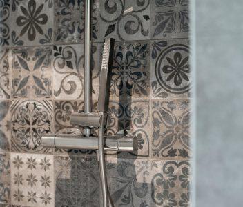 Douche dans une maison contemporaine à Beaufays
