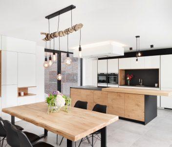 Salle à manger et cuisine dans une maison contemporaine à Beaufays